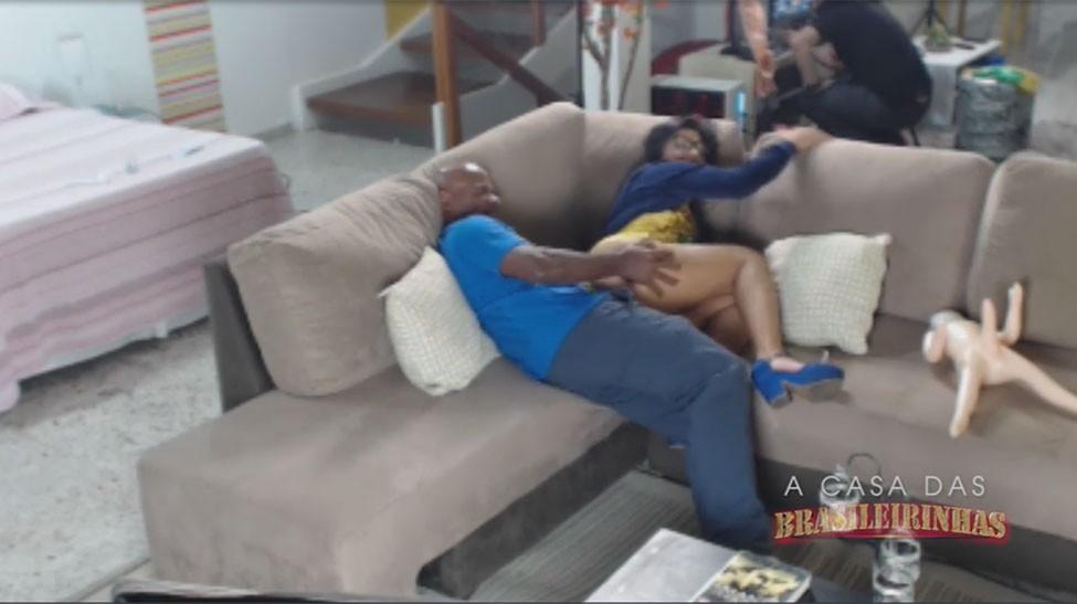 Kid Bengala fodendo Amanda Souza de ladinho no sofá