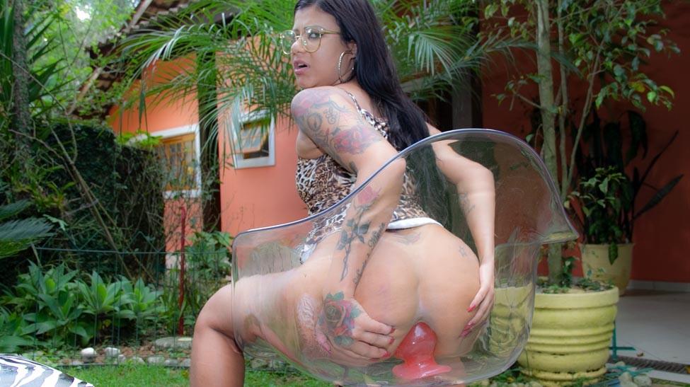 Desafio porno, Amanda Souza enfia consolos gigantes na buceta