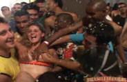 Orgia com gostosas dançando na festa de carnaval.