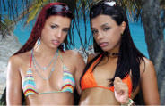 Patricia Kimberly e Sabrina Novaes metendo juntas numa praia.