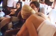 Dentro do ônibus de viagem, casais fodem enquanto outros dormem