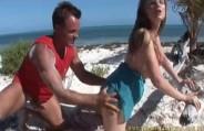 Tara White deixou sua amiga na piscina e foi fuder na areia da praia.