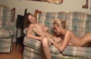 Duas loiras gostosas estão cheias de tesão e capricharam no sexo oral!