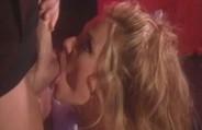 A loira gostosa fez sexo anal com o bem dotado em cima do palco.
