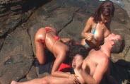 Surfista faz um ménage com duas novinhas no meio da praia