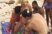 Gang Bang na praia com a loirinha e os bem dotados