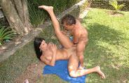 Anão sortudo fudendo com pornstar Monica Mattos