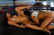 Treinador participa de sexo a três em ringue de luta