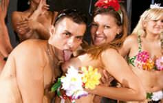 Gostosas fazendo oral e dão a bucetinha durante carnaval