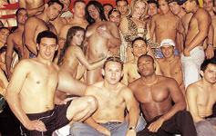 Pornstar Cris Bell mostra o que é um gang bang no filme A Maior Orgia do Brasil