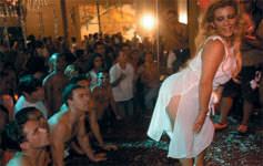Bianca Soares assiste Monica Mattos em sexo grupal em festa de carnaval