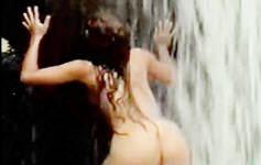 Vídeo amador com gostosa tomando banho na cachoeira