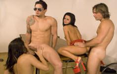 Duas safadas fazem sexo oral e sexo anal com os rapazes.