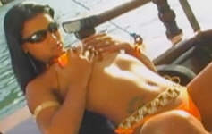 Ju Pantera se masturba em alto mar.