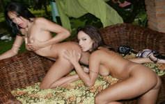 Duas mulheres transando g...
