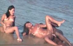 Sexo a três no meio do mar com anal e gozo na boca