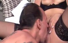Morena fica excitada e dá o cu de quatro fudendo feito cachorra
