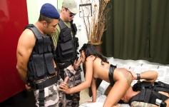 Gang bang com Paty UPP! Policiais revezam cu e buceta da moça