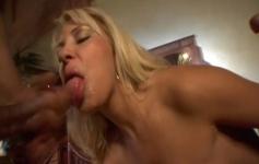 Lisa Angel aguenta a pressão de dois homens e faz uma DP