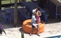Morena safada chupa marmanjo na beira da piscina