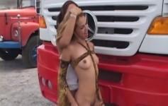 Gostosas se esfregam na beira da estrada