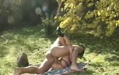 Morena gostosa fez sexo no jardim e gemeu ao longo de toda a cena.