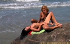 Carol Sampaio e a loira gostosa fizeram muito sexo lésbico na praia deserta!
