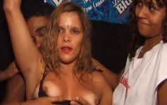 Mulher gostosa com roupa curta no carnaval