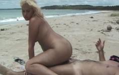 Sexo na praia com loira safada recebendo porra na boca