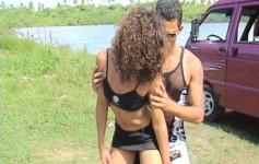 Morenas gostosa fazendo sexo no meio da praia!