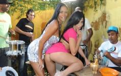 Samba com morenas gostosas mostrando suas bundas grandes