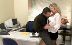 Chefe come buceta e cu da secretária na mesa do escritório