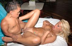 Anão mamando nos peitões de Pamela Butt