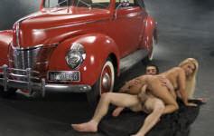 Pamela Butt mostra todo o seu talento ao lado de um carro antigo