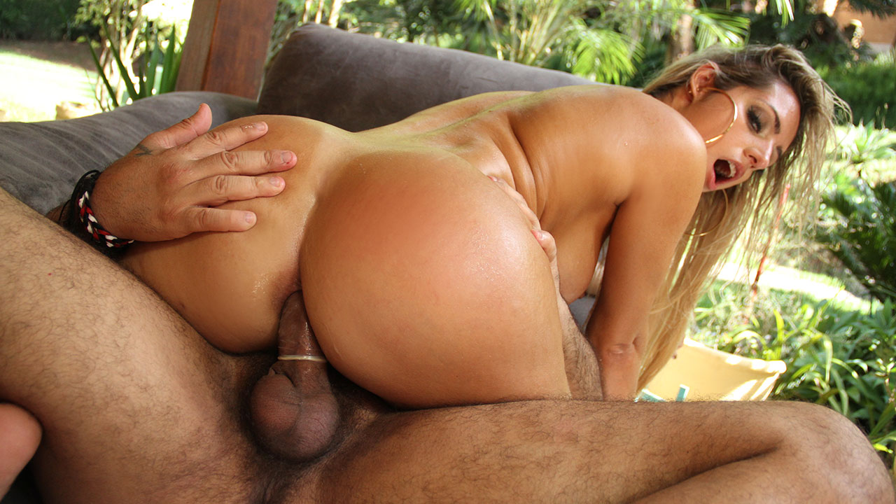 Mia Linz releasing her ass for two males and doing DP
