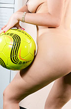 carol castro pelada com bola de futebol