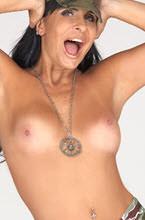 gretchen mostrando os peitos e com a mao na cabeca