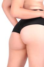 loira gostosa mostra sua bunda grande e suas coxas deliciosas