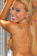 luanda boaz se exibindo enquanto toma banho