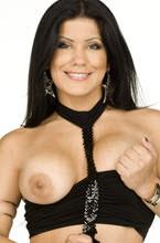 pornstar bruna ferraz mostrando um dos peitos e segurando a saia