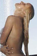 vivi fernandez mostrando a bunda durante o banho