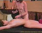 a mulher traida usa acessorios de tortura na amante