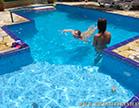 amanda borges e nina lins na piscina