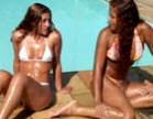 amigas se pegando na beira da piscina