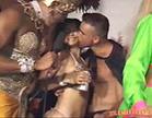 casal se beijando em festa de carnaval