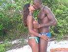 casal se pegando na praia