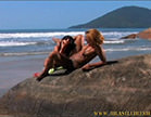 duas gostosas se pegam na praia