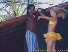 gostosa dancando loucamente com bem dotado