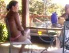 gostosa de biquini sentada