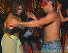 gostosa se esfregando com um homem no meio do carnaval